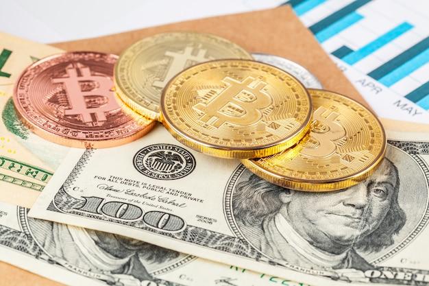Złota moneta bitcoin i dolary amerykańskie