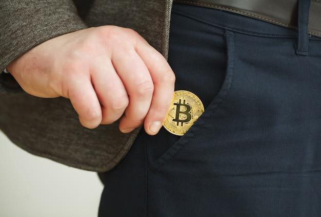 Złota moneta bitcoin i wydrukowane zaszyfrowane pieniądze z kodem qr