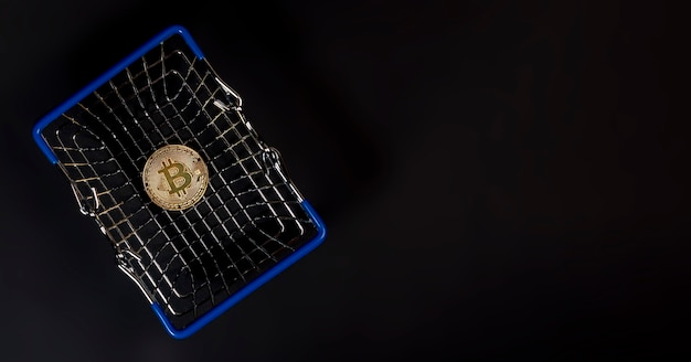 Złota moneta bitcoin lub btc ze znakiem kryptowaluty.