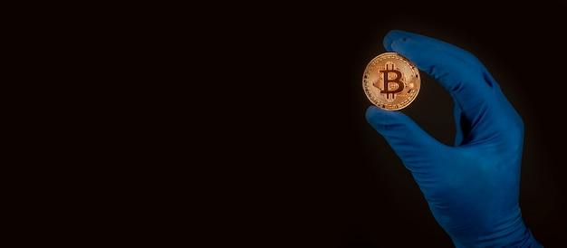 Złota moneta bitcoin lub btc ze znakiem kryptowaluty