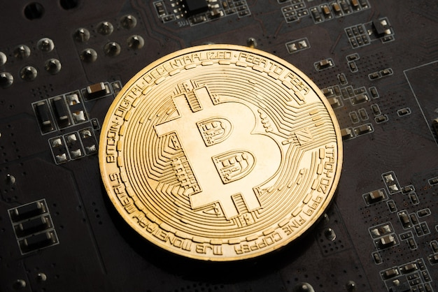 Złota moneta bitcoin na karcie graficznej