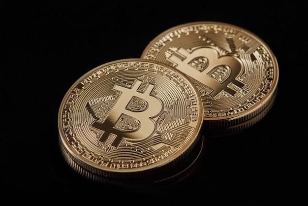Złota moneta bitcoin ułożona na ciemnym tle jako symbol waluty elektronicznej. . kryptowaluta bitcoin. koncepcja wydobywania pieniędzy elektronicznych