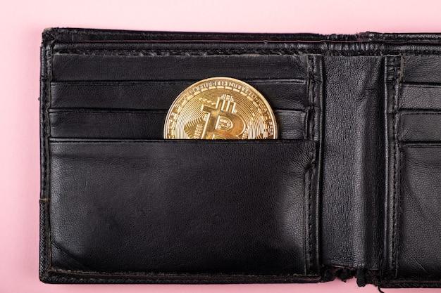 Złota moneta bitcoin w koncepcji portfela, akumulacja oszczędności ...