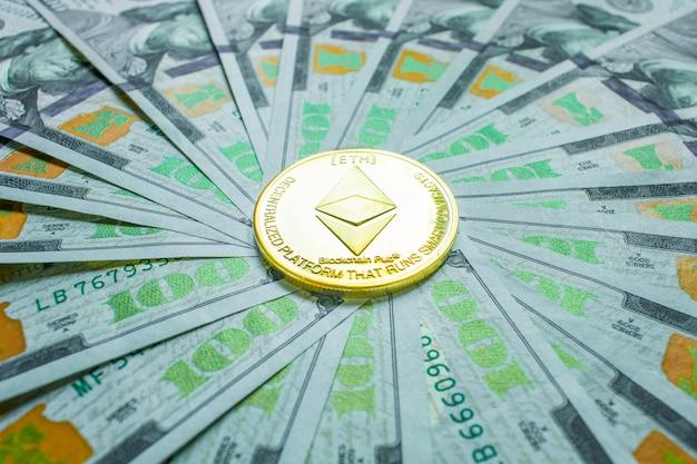 Złota moneta ethereum z symbolem ethereum na dolarach obok klawisza enter