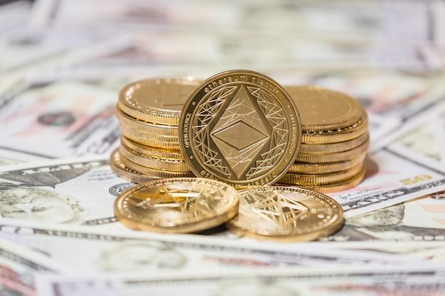 Złota moneta etherium na dolarach amerykańskich z bliska. koncepcja biznesowa waluty kryptograficznej.