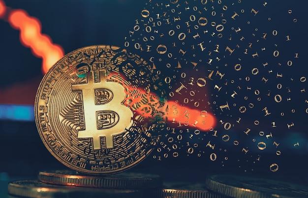 Złota moneta kryptowalut. złoty bitcoin rozpada się. koncepcja kryzysu na rynku kryptowalut i nieostre tło wykresu.