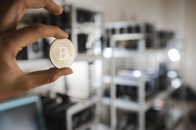 Złota moneta na tle urządzeń komputerowych