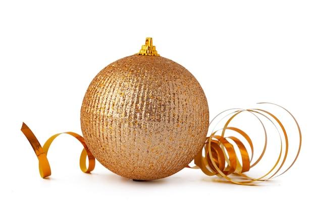 Złota musująca bombka świąteczna na białym tle