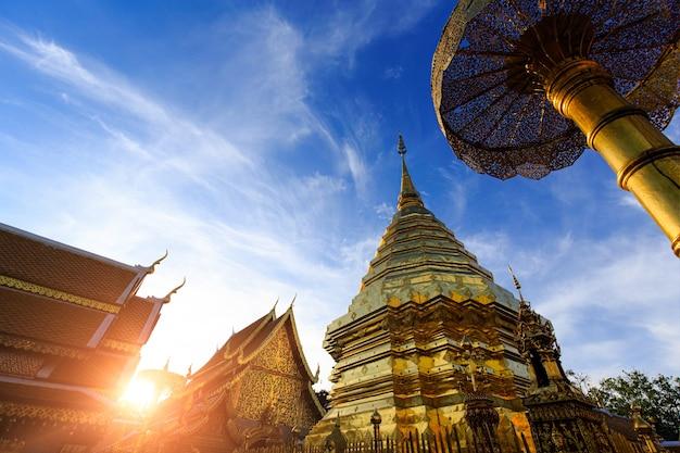 Złota pagoda i budynek w słońcu i błękitne niebo z chmurami w starożytnej świątyni na północy tajlandii, wat phra that doi suthep, jednym z najbardziej znanych miejsc w tajlandii dla turystyki.