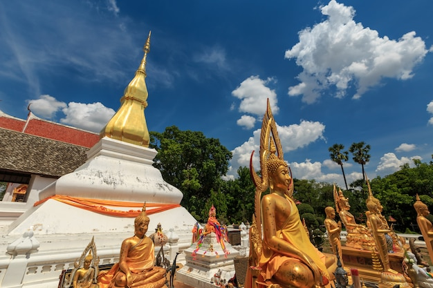 Złota pagoda w phra który kham kaen, khon kaen, tajlandia