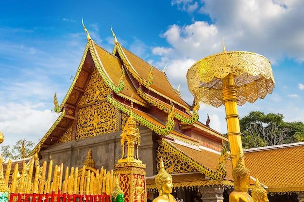 Złota pagoda wat phra that doi suthep w chiang mai w tajlandii