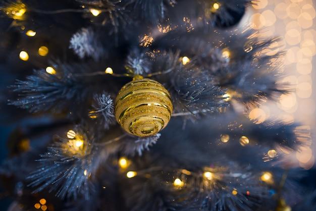 Złota piłka na choince z oświetleniem