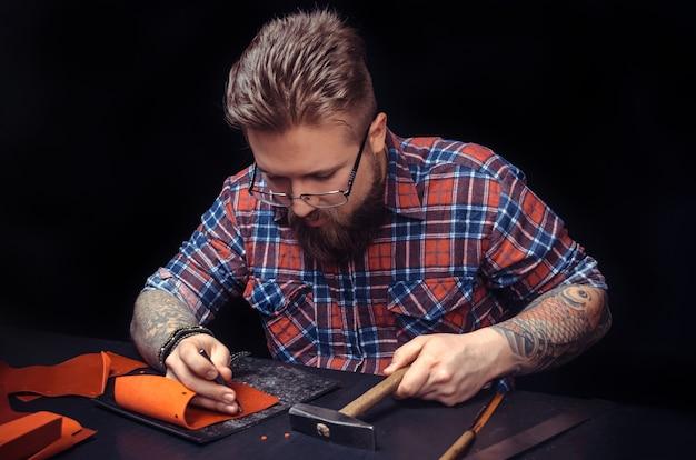 Złota rączka pracująca jako rzemieślnik przy biurku.