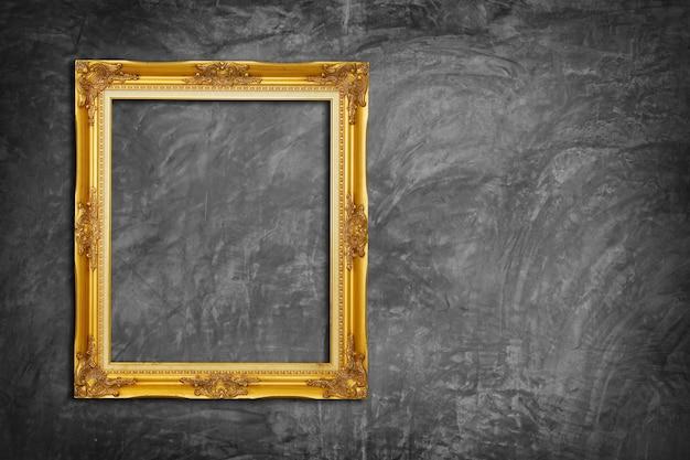 Złota rama na betonowej ścianie