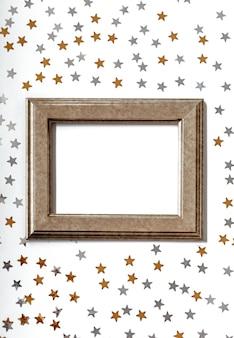 Złota rama z brokatem złote i srebrne gwiazdki na białym tle