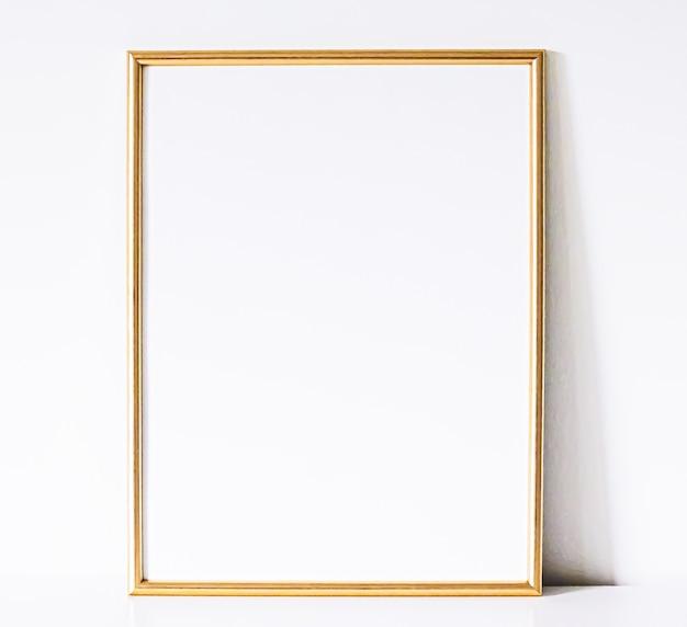 Złota ramka na białych meblach luksusowy wystrój domu i projekt do wydruku plakatu maki...