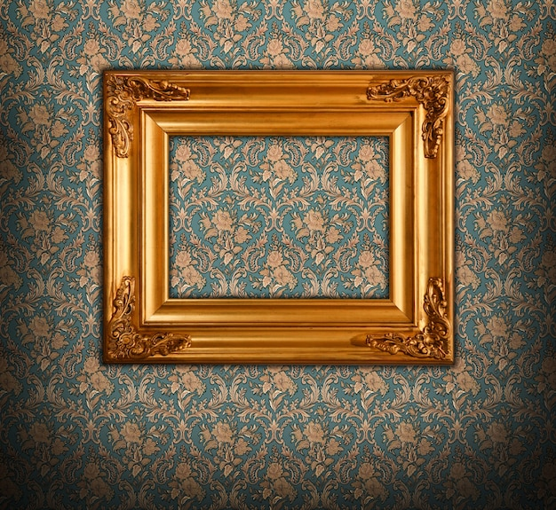 Złota ramka w stylu barokowym.