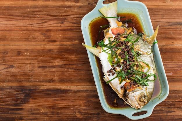 Złota rybka pomfret w sosie z dodatkami