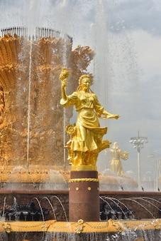 Złota rzeźba na fontannie przyjaźni narodów w parku