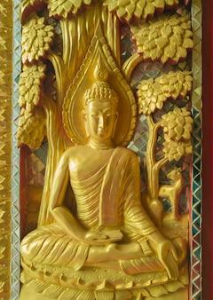 Złota rzeźba wysokiej ulgi buddy