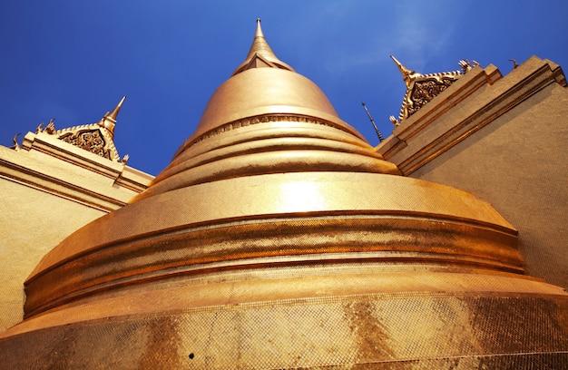 Złota stupa w kompleksie grand palace w bangkoku, tajlandia