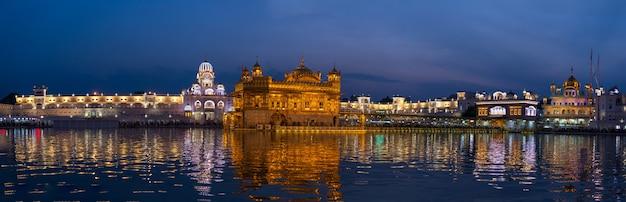 Złota świątynia w amritsar, pendżab, indie, najświętsza ikona i miejsce kultu religii sikhów.