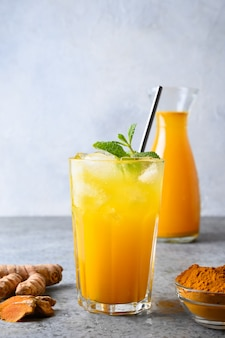 Złota świeżość kurkuma mrożony napój dekorować miętą.