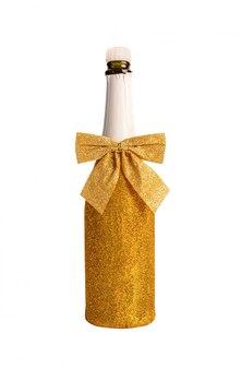 Złota szampańska butelka odizolowywająca na bielu