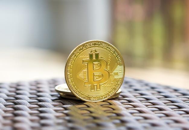Złota waluta cyfrowa bitcoin na stole.