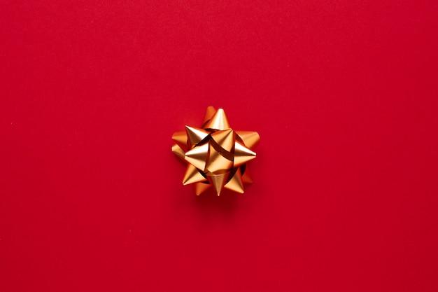 Złota wstążka na czerwonym tle