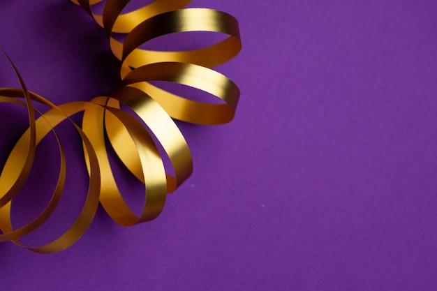 Złota wstążka wakacje na fioletowym matowym tle
