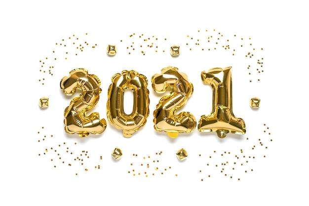 Złote balony foliowane w kształcie cyfry 2021 na białym tle