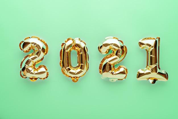 Złote balony foliowe z numerami 2021 na zielono
