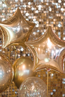 Złote balony z bliska