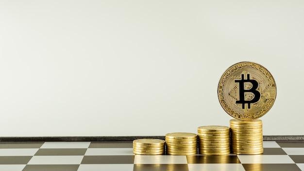 Złote bitcoins na stosie złote monety.