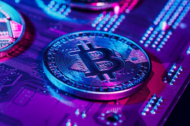 Złote bitcoiny i chip komputerowy