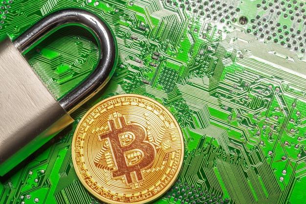 Złote bitcoiny i kłódka
