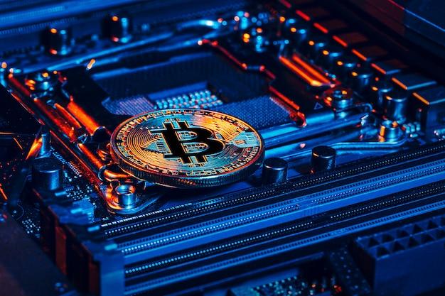 Złote bitcoiny i układ komputerowy