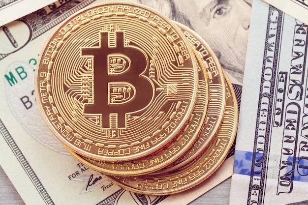 Złote bitcoiny leżą na sto dolarach