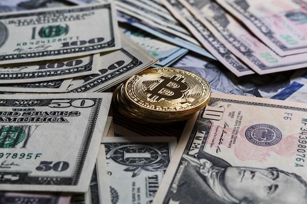 Złote bitcoiny na banknotach