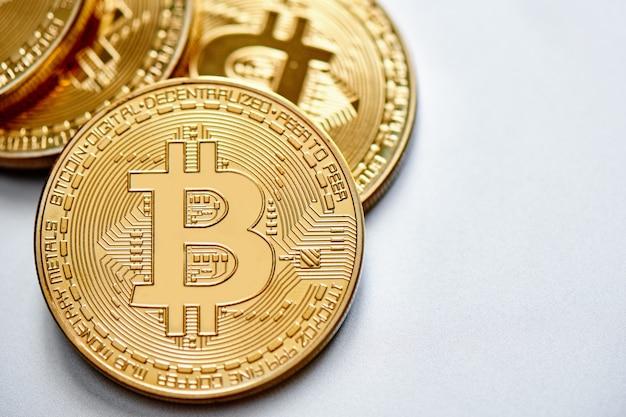 Złote bitcoiny na białym tle