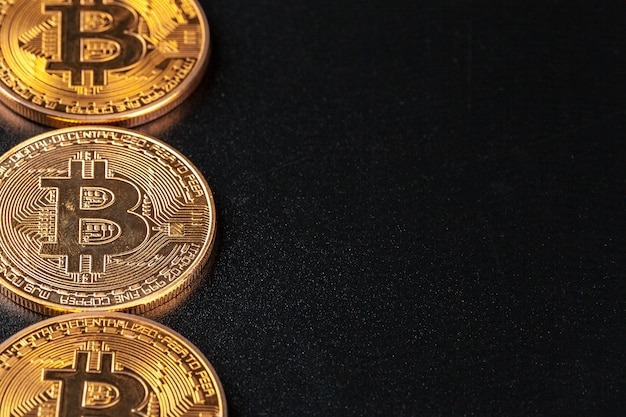 Złote bitcoiny na czarno