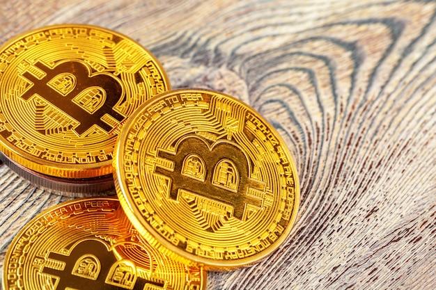 Złote bitcoiny na drewnianych.