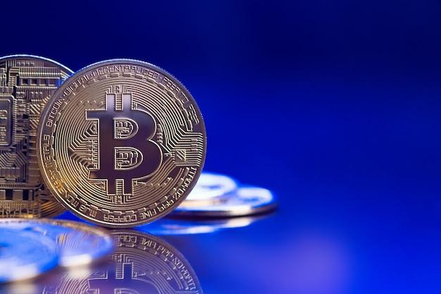 Złote bitcoiny na niebieskim tle z miejsca na kopię. cyfrowa waluta nowoczesna od exchange wirtualne pieniądze do płatności.
