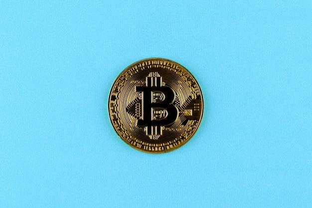 Złote bitcoiny na niebiesko