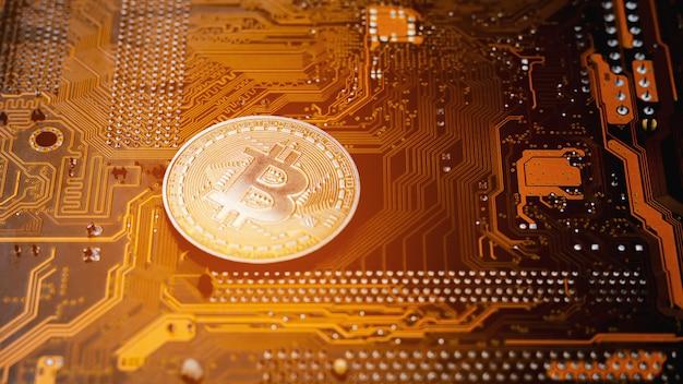 Złote bitcoiny na płytce drukowanej.