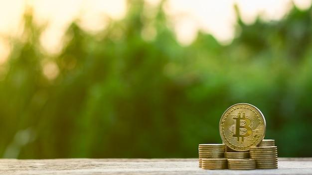 Złote bitcoiny na stosie monet złotych.