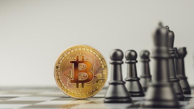 Złote bitcoiny na szachownicy. - zwycięzca koncepcji biznesowej i ekonomicznej.