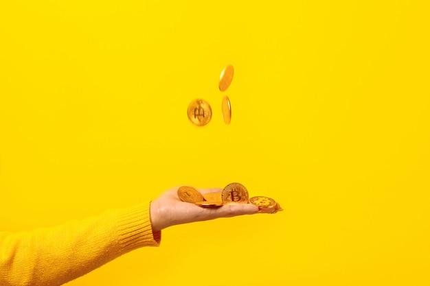 Złote bitcoiny pod ręką