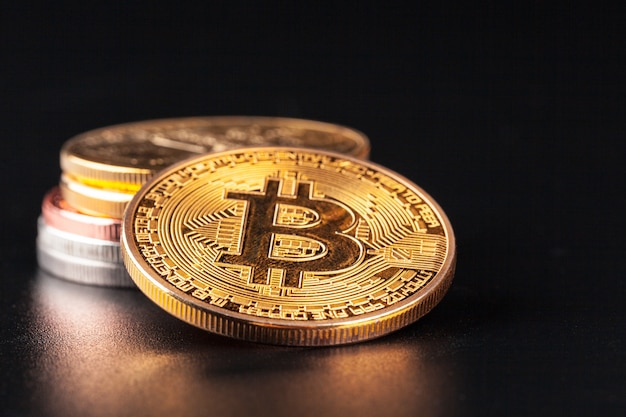 Złote bitcoiny. pojęcie handlu kryptowaluty